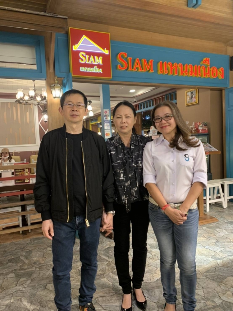 From left, Niwat and Jintana Thumma-ros-decha, founders of Siam Namneung, Right Ms.Kwek Hong Sin, CEO Sinwattana Equity